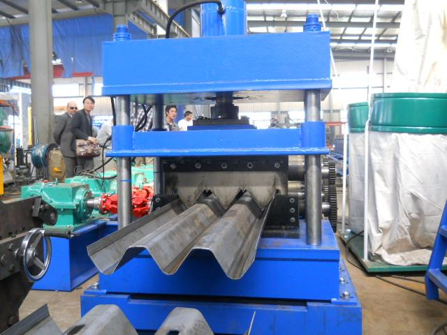 High Speed Galvanized Steel Guardrail Roll Forming Machine 380V 7.5Kw Hydraulic Color Customized